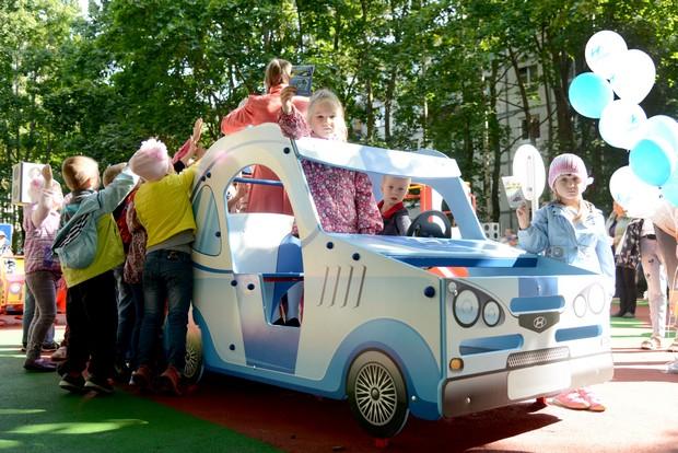 Российский завод Hyundai подарил Сестрорецку детскую игровую площадку